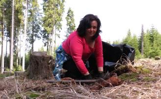 Jana Neubauerová z Kvildy při sázení stromků,foto pp (1)