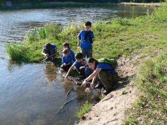 foto děti u vody - Přírodovědný kroužek Sedmikvítek, 1 foto S. Čtvrtník