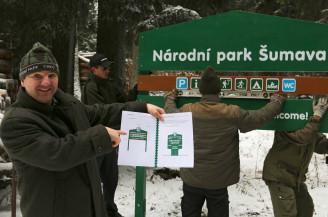 ředitel Jiří Mánek s novým grafickým manuálem podle kterého se bude Národní park Šumava oblékat