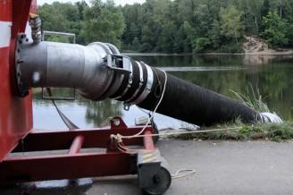 Rybník Vesec, hasiči přečerpávají vodu (7)