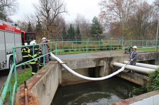 Havarijni cviceni v Teplarně Trmice_instalace nornych stěn v záchytné jímce čističky odpadních vod