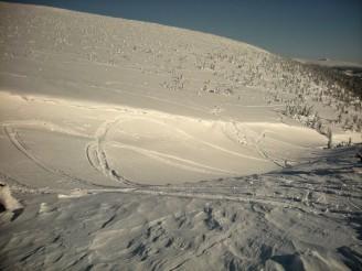 DSCN0584 sníh a stopy po sběžných skútrech