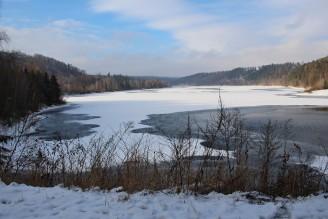 přehrada částečně zamrzlá