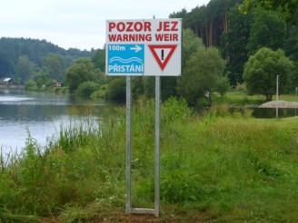 Povodí Vltavy - jez Soukeník - varovná tabule