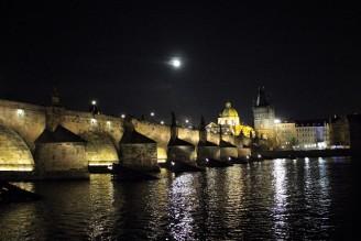 Vltava - Praha - noc - měsíc