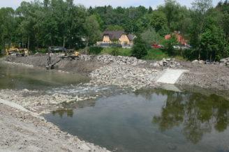 Povodí Odry - úpravy Ostravice - červen 2016 - Ostravice,_balvanitý_stupeň_km_35,957_-_před_dokončením