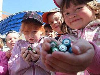 deti-recyklace-baterii-ekosmak-recykliste