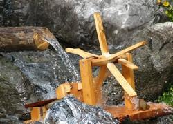 dřevěny vodní mlýnek
