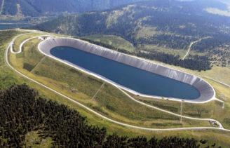 Nároèná oprava horní nádrže nejvìtší èeské pøeèerpávací vodní elektrárny Dlouhé Stránì pøed dokonèením . Na snímku : Pohled na horní nádrž pøeèerpávací elektrárny Dlouhé Stránì v nadmoøské výšce 1.360 metrù, kde od 15.6.-19.8. probíhá rozsáhlá oprava  - nová tìsnící vrstva hornínádrže vydrží minimálnì pøíštích dvacet let provozu . Text: viz slovní zpravodajství.