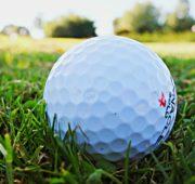 golf míček tráva