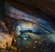 800px-Stará_Amatérská_jeskyně_-_Bílá_voda_v_Povodňové_chodbě