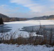 přehrada Kružberk částečně zamrzlá