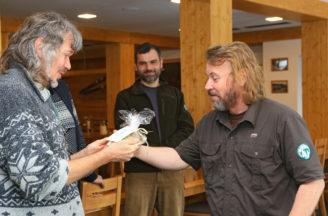 Ředitel NP Šumava Pavel Hubený předává hlavní cenu keramický model Mozkovky vítězi Romanu Mlejnkovi